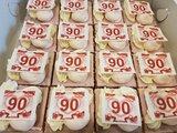 Oranjekoek vierkant gesneden met foto of logo_