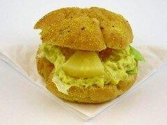 Maisbolletje met kip-kerrie salade