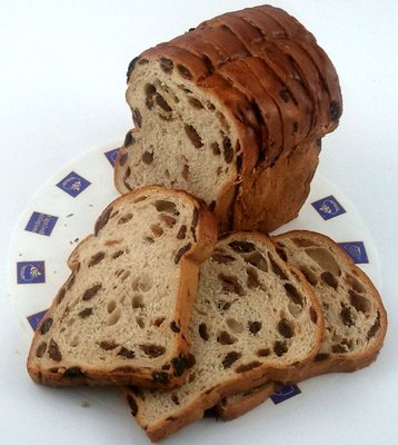 Rozijnenbrood half gesneden