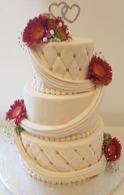 Bruidstaart 3 lagen met verse bloemen - gerbera