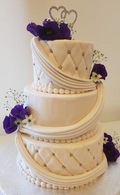 Bruidstaart 3 lagen met verse bloemen - mooi paars