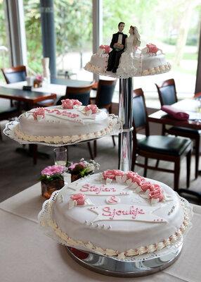 Bruidstaart met roze rozen