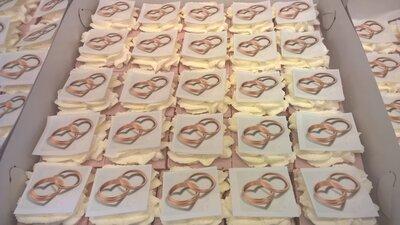 Oranjekoek vierkant gesneden met foto of logo